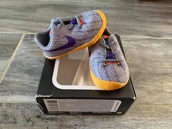 - Chaussures souples Nike - Pointure 17 - Légère trace sur un côté de chaussures