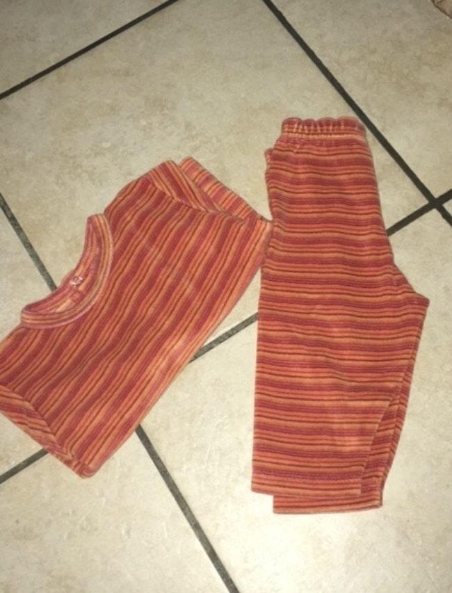 Pyjama orange du 6 mois.