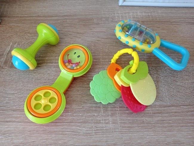 Biberon avec 4 jouets