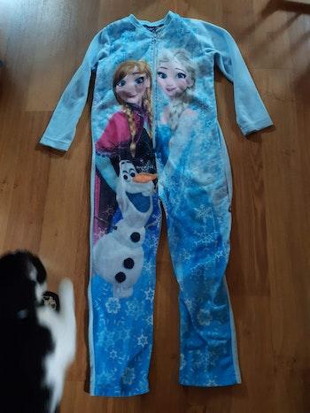 Pyjama taille 8 ans reine des neige un peu noir à l intérieur car il avait mis l antivol