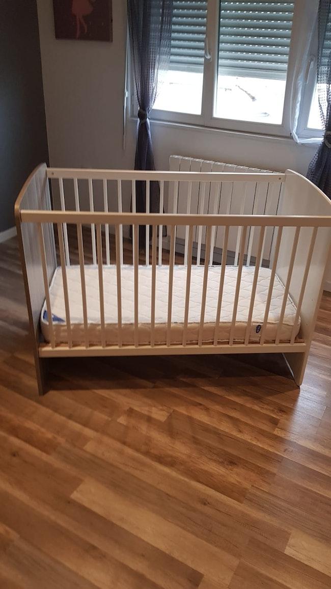 Lit à barreaux pour bébé + matelas