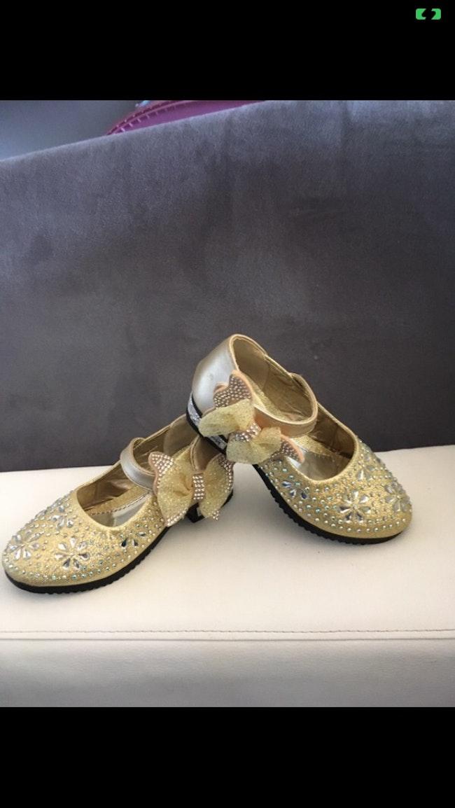 Chaussure dorée avec strass
