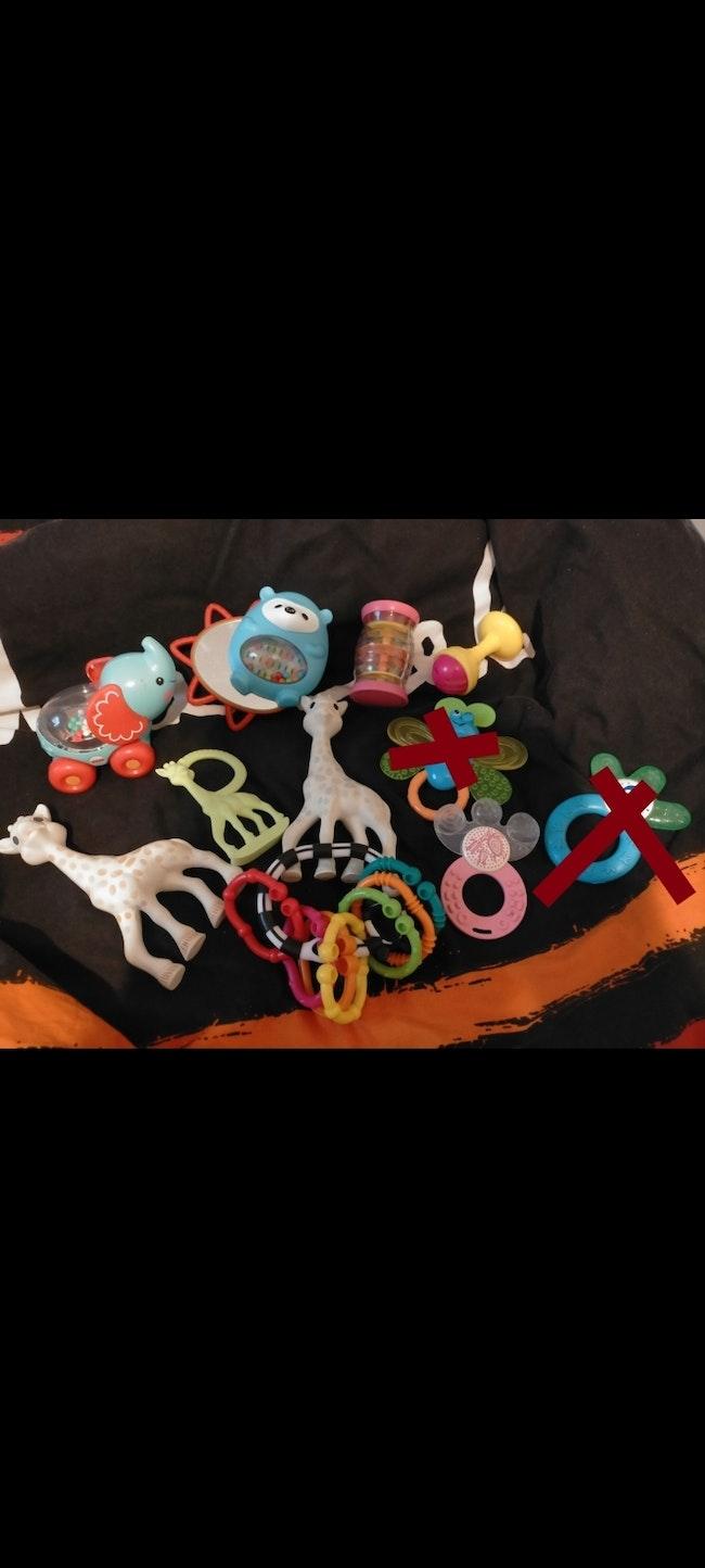 Lot jouets et anneaux dentition