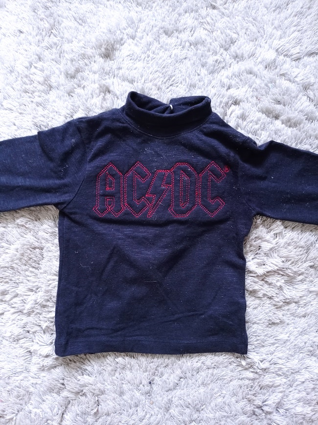 1,5€ Tee shirt AC DC taille 12 mois