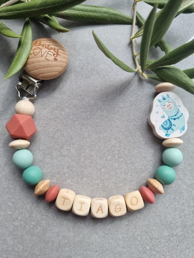 Attache tétine bébé en perle vert lin et terracota motif Lama