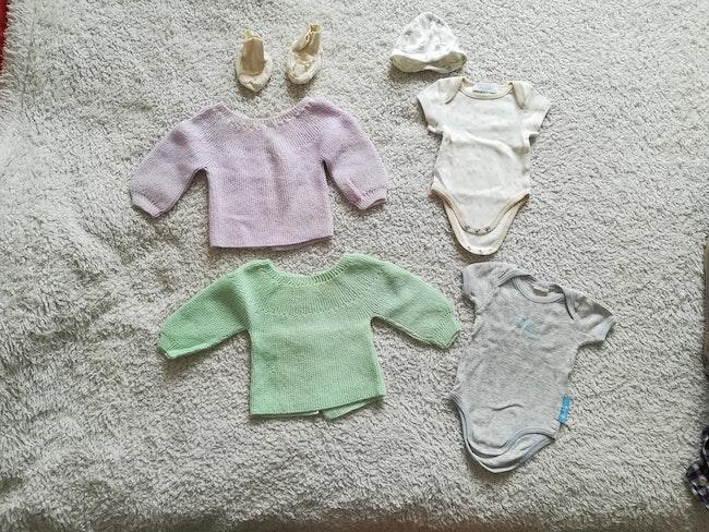Lot 6 vêtements 0/1 mois body bonnet chaussons brassière