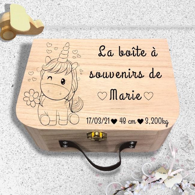 Gravure personnalisée sur valise en bois Licorne
