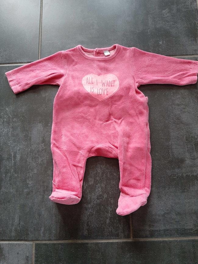 Pyjama rose assez flashy 1 mois