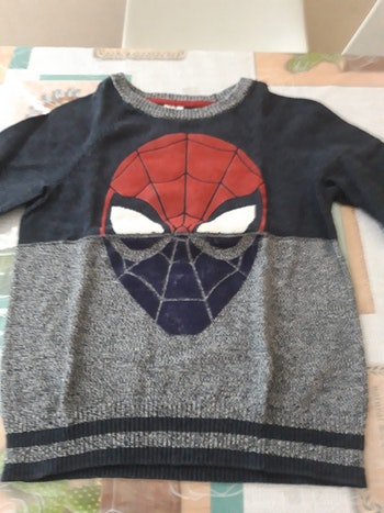 Pulls  spiderman