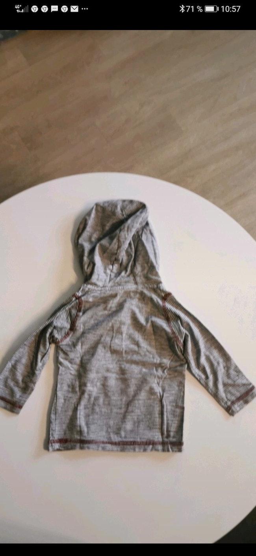 Tee-shirt manche longue à capuche Kiabi taille 18 Mois