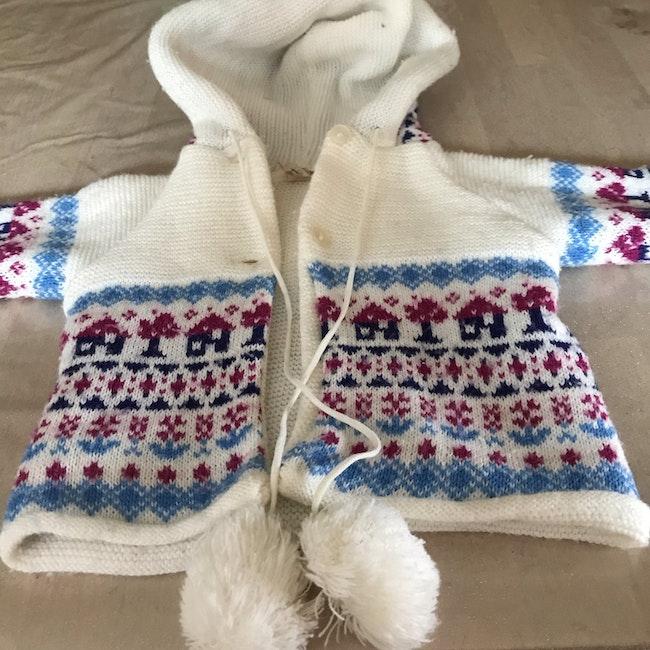Gilet en laine avec capuche et pompons
