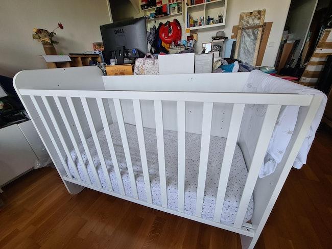 Lit bébé évolutif avec table à langer et rangements