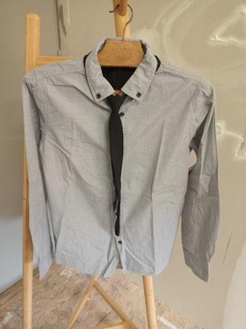 Chemise grise avec cravate 12 ans