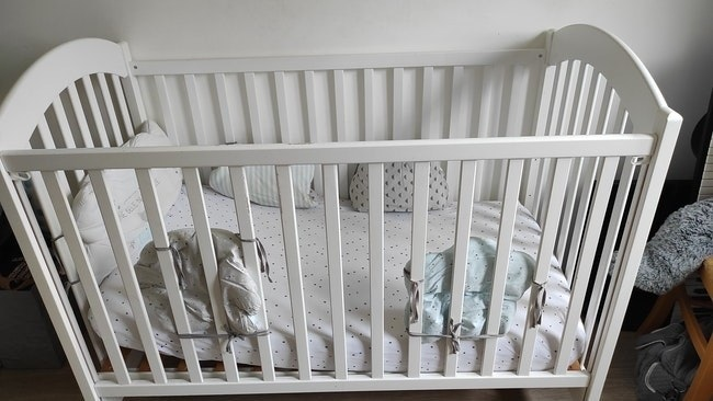 Lit bébé à barreaux sur deux niveaux