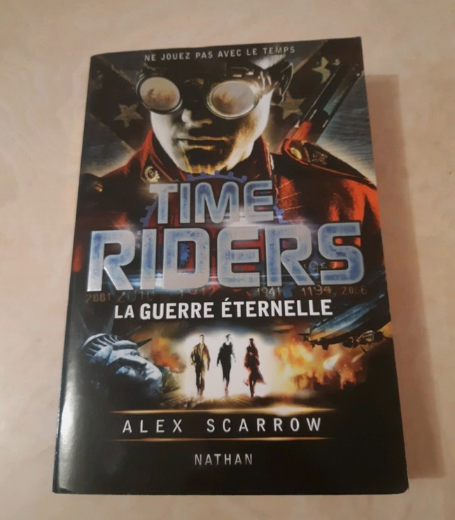 "Livre ""Time Riders"""