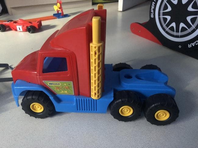 Camion dépanneur avec ses formule 1